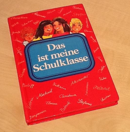 Rotes Buch mit Aufschrift: Das ist meine Schulklasse